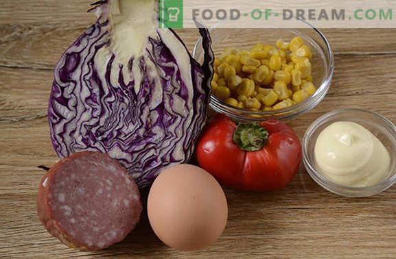 Salade de chou rouge - brillante, savoureuse, vitaminée! Comment faire cuire rapidement une salade de chou rouge avec du poivre, du maïs, des saucisses et des œufs