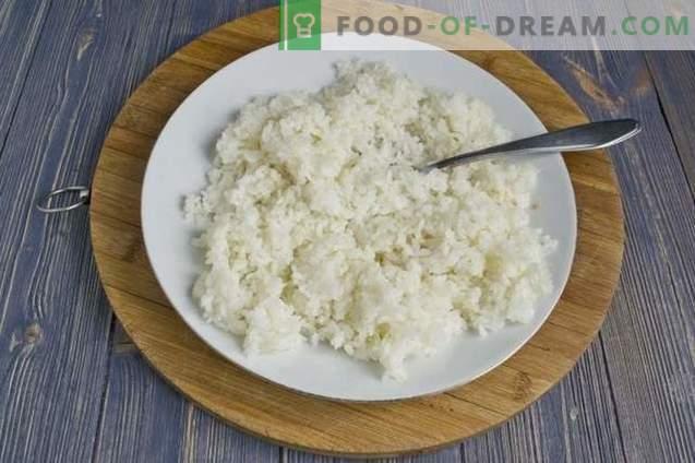 Galettes avec du riz et des œufs au four