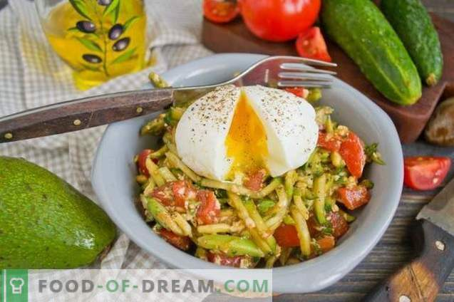 Salade à l'avocat, aux tomates et aux concombres