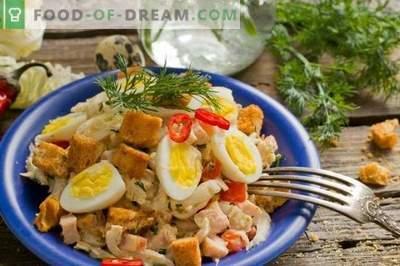 Salade avec jambon, chou chinois et œufs de caille
