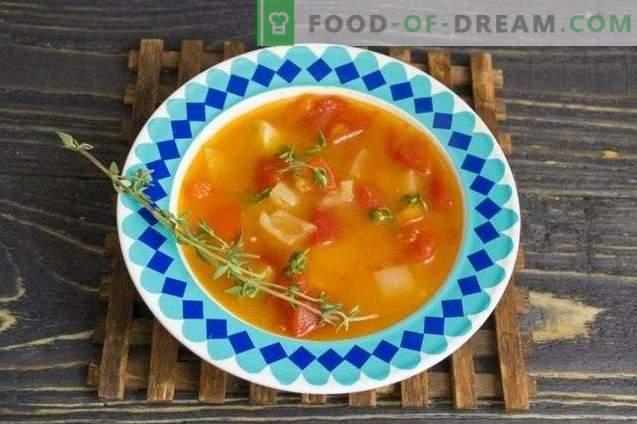 Soupe aux tomates avec poivrons et thym
