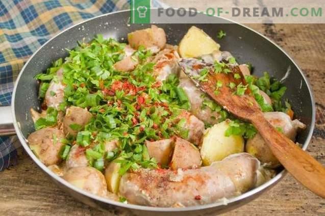 Saucisse frite dans une poêle avec des pommes de terre à la campagne