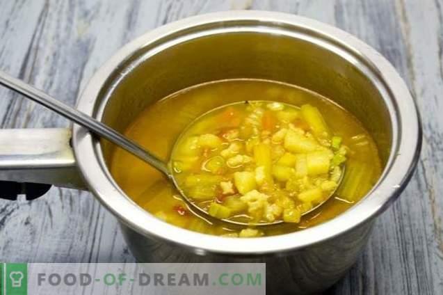 Soupe de poitrine de poulet avec courgettes et curcuma