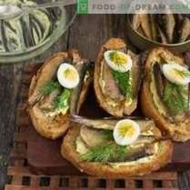 Sandwiches avec des chèvres sur la table de fête