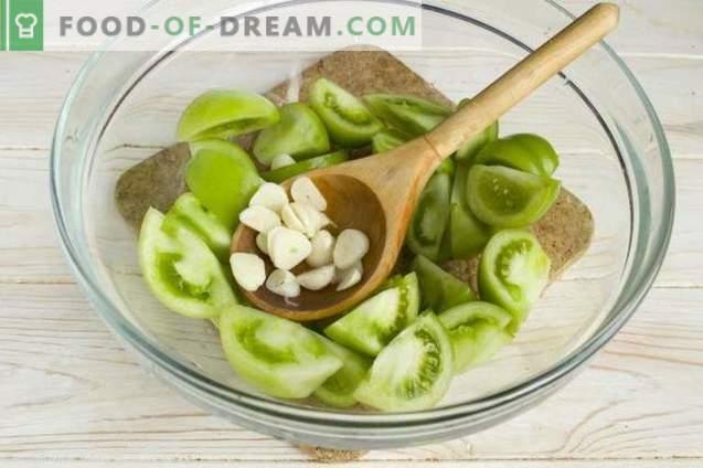 Salade de tomates vertes aux oignons et poivrons pour l'hiver