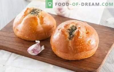 Brioches à l'ail - pâtisseries salées pour les premiers plats. Petits pains à l'ail: levure, feuilletée, sous forme de petits pains et autres