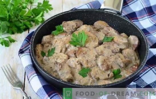 La saveur du porc avec des champignons dans une sauce à la crème sure génère un appétit brutal. Porc aux champignons à la crème au four, mijoteuse, casseroles