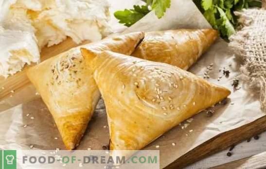 Samsa avec du fromage et ses versions originales. Une sélection de recettes samsa au fromage en combinaison avec d'autres charges