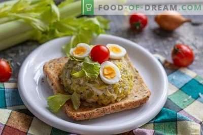 Salade simple et savoureuse au foie de morue avec riz doré