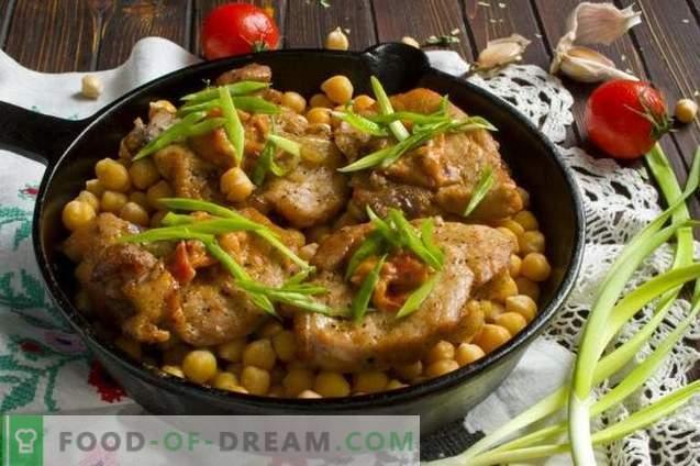 Porc délicieux avec des pois chiches et des oignons au four