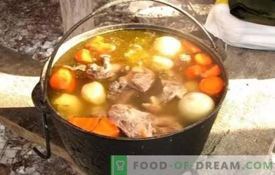 Shurpa dans un chaudron est la soupe la plus délicieuse! Cuire un incroyable shurpa dans un chaudron oriental avec de l'agneau, du porc, du bœuf et du poulet