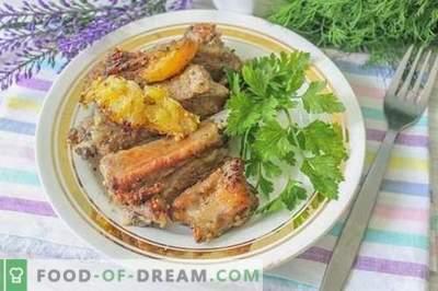 Côtes de porc au four dans une marinade d'agrumes