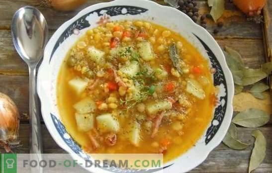 La soupe aux pois au porc est un plat traditionnel de tous les temps. Recettes épaisse, riche soupe aux pois avec du porc