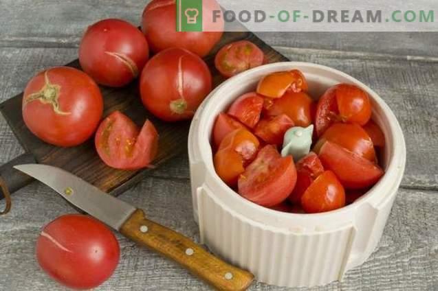 Tomates dans leur jus avec du poivre pour l'hiver