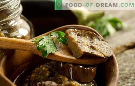 Aubergines marinées utiles et parfumées avec de l'ail dans des bocaux. Aubergines salées à l'ail et divers additifs