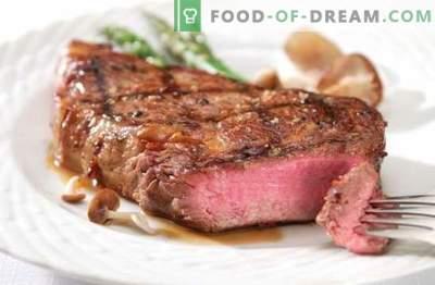 Boeuf grillé - viande avec blush! Steaks de boeuf grillés avec marinade de légumes, oignons, miel, ail et mayonnaise