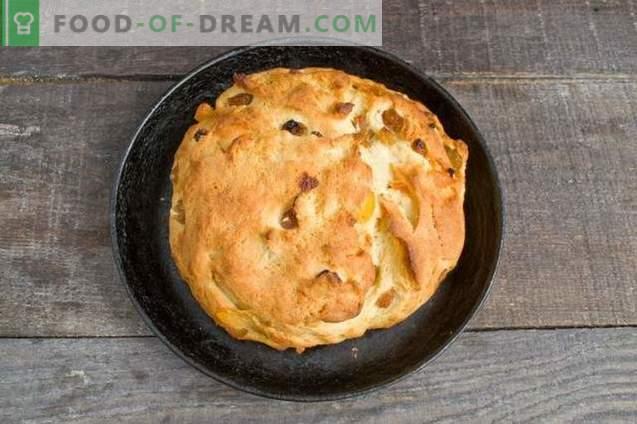 Gâteau de Pâques fait maison avec du fromage cottage et des fruits confits