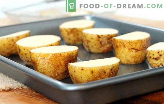 Pommes de terre faites-maison sur une plaque au four. Recettes de pommes de terre dans une plaque à pâtisserie au four avec bacon, saucisse, fromage ou mayonnaise