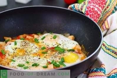 Œufs sur le plat avec tomates et saucisses