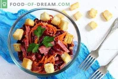 Salades avec saucisses et haricots